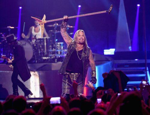 Mötley Crüe singer Vince Neil breaks ribs after falling off stage, vi…